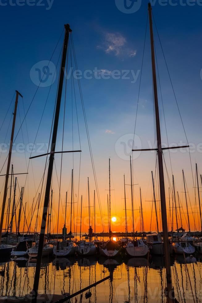 Yachten bei Sonnenuntergang foto