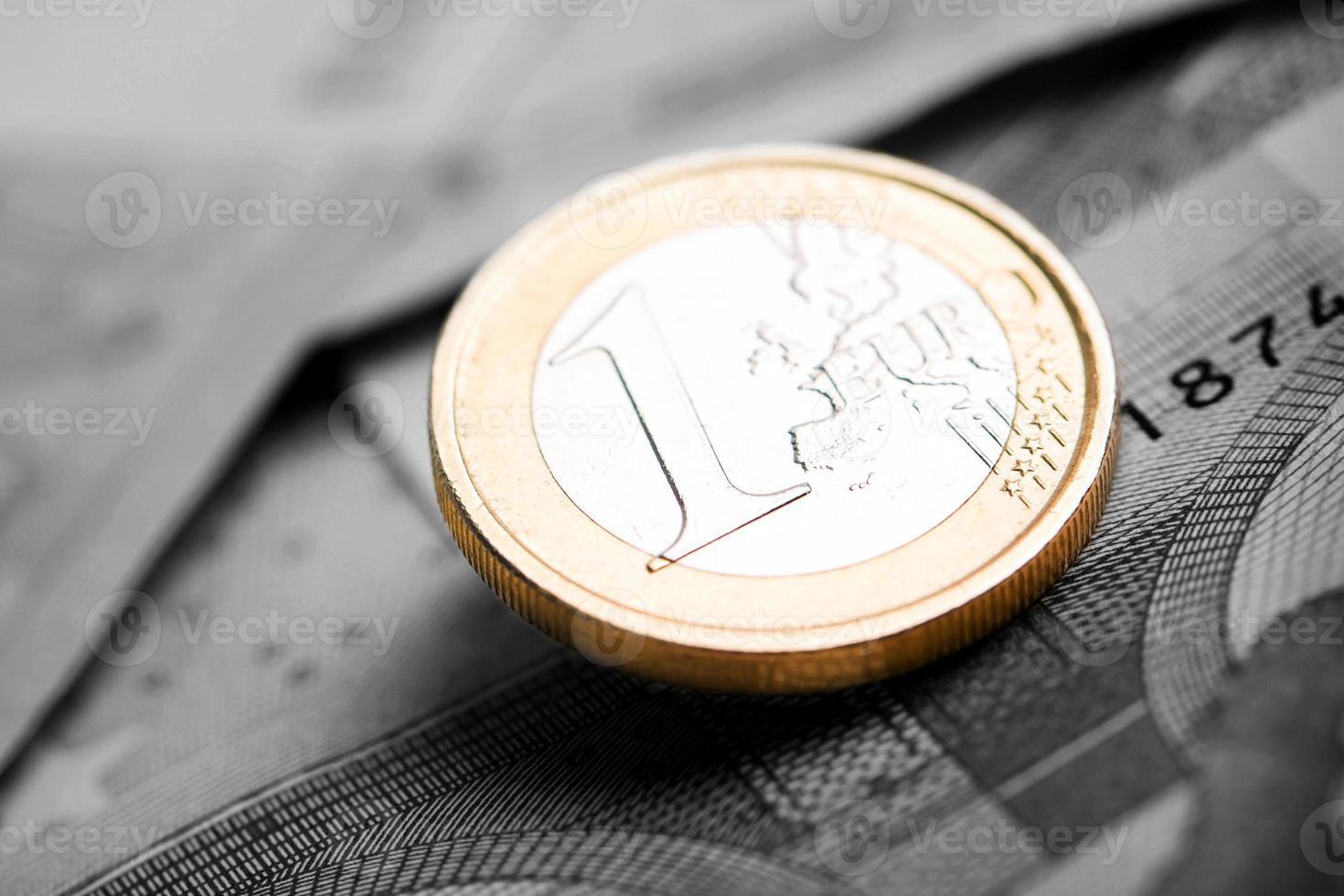 Nahaufnahme von Euro-Banknoten und Münzen foto