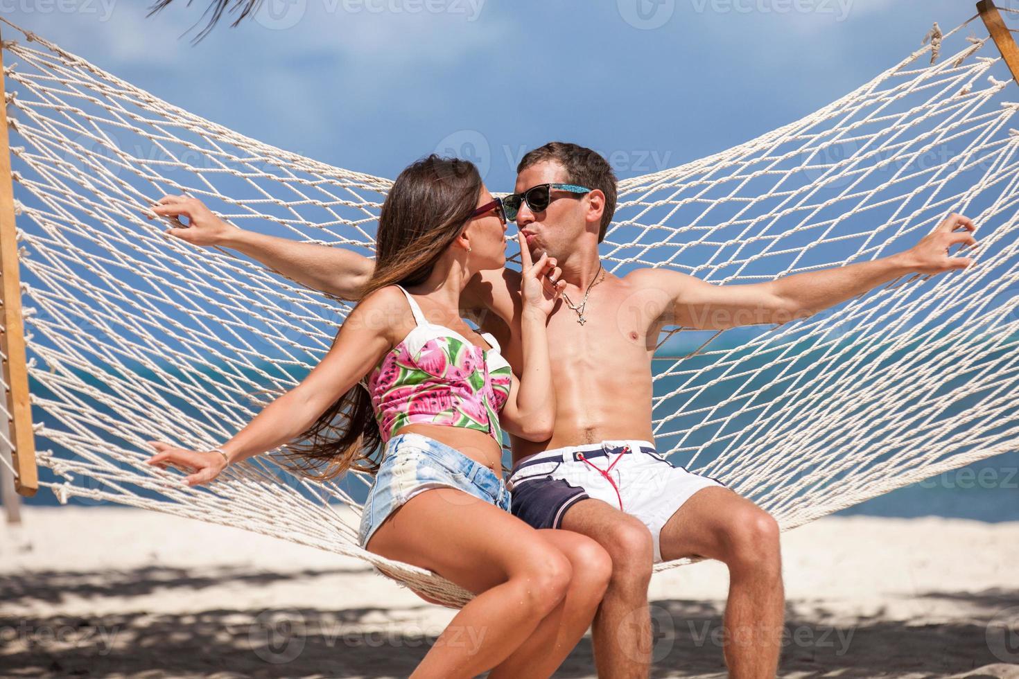 romantisches Paar, das sich in der Strandhängematte entspannt foto