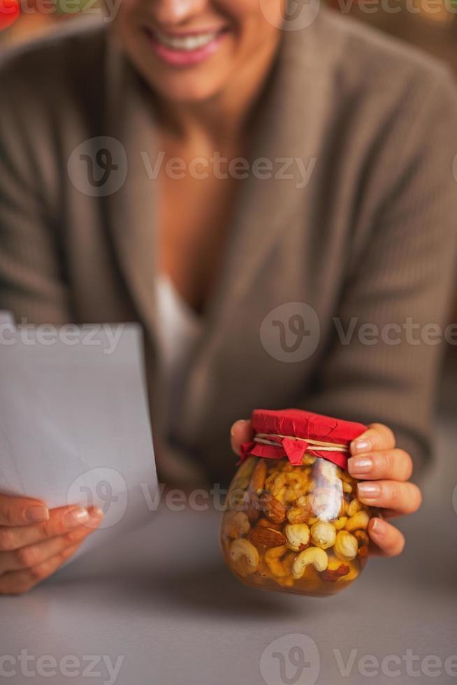Nahaufnahme auf Hausfrau mit Schecks, die Weihnachtskäufe erforschen foto