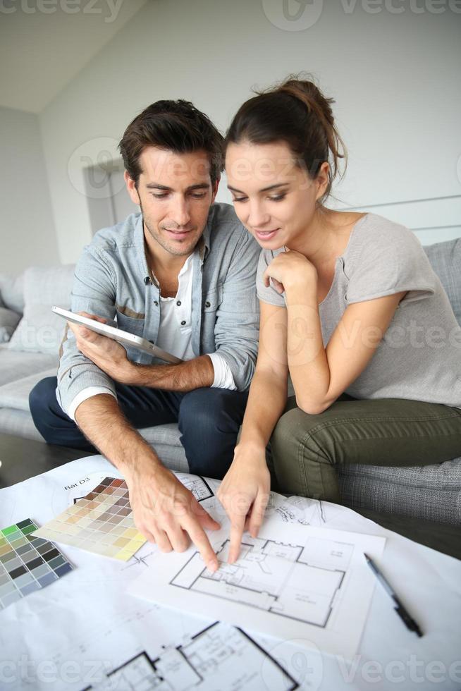 Paar, das Hausplan betrachtet foto