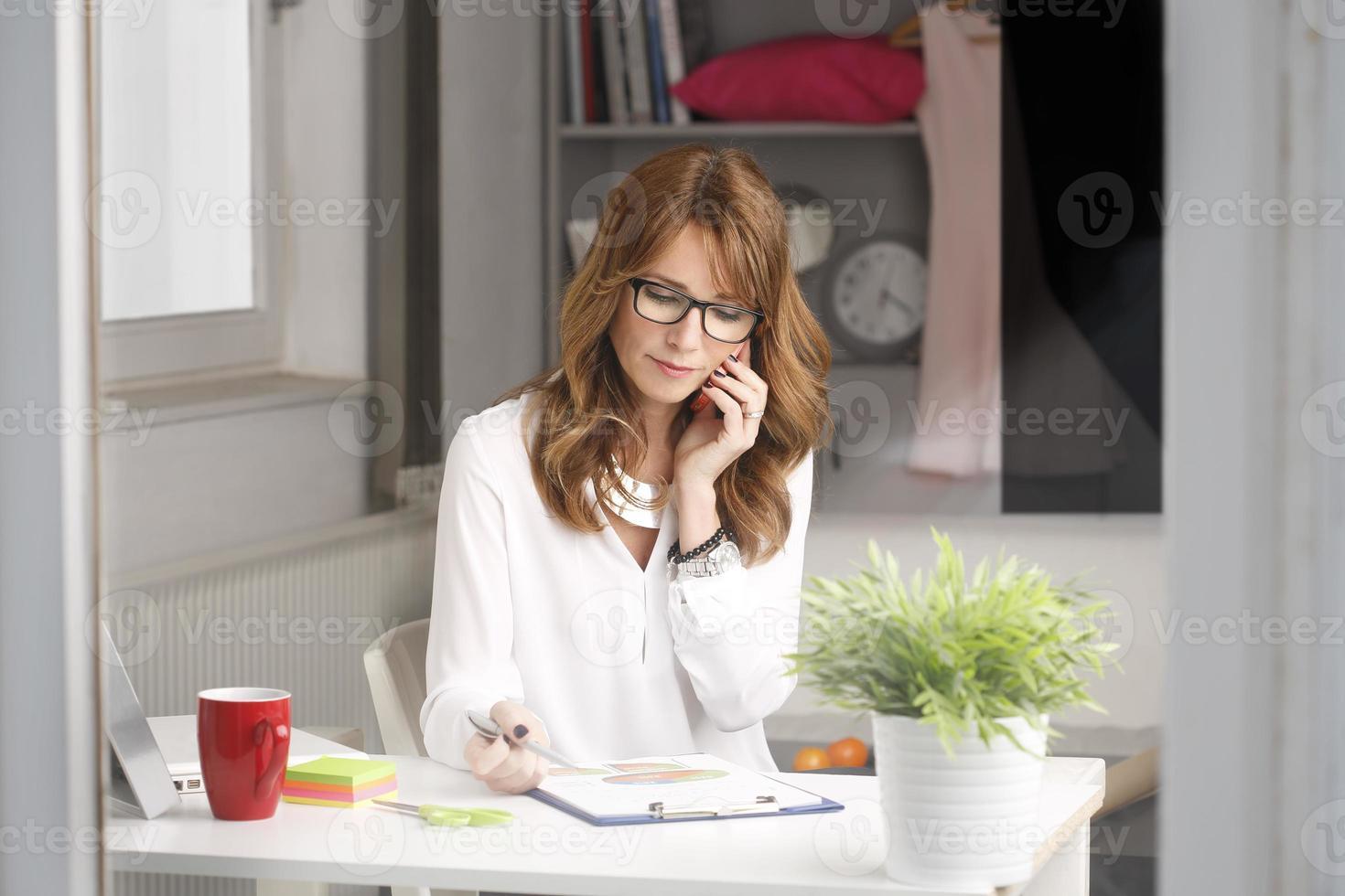 Nahaufnahmeporträt der modernen Geschäftsfrau foto