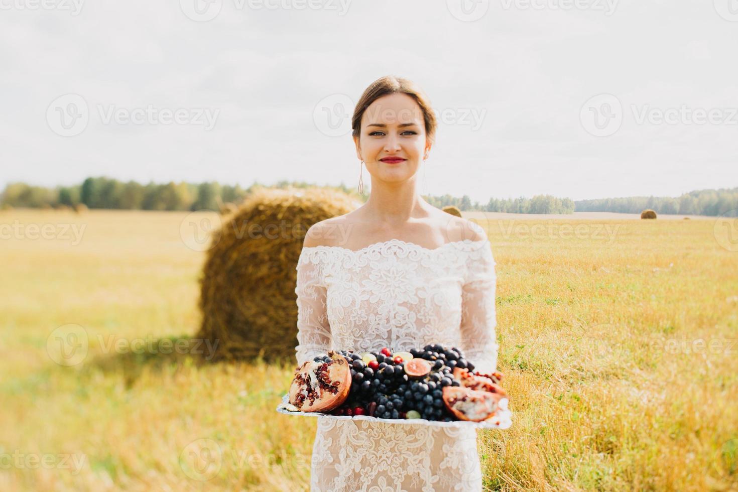 Braut auf dem Feld foto