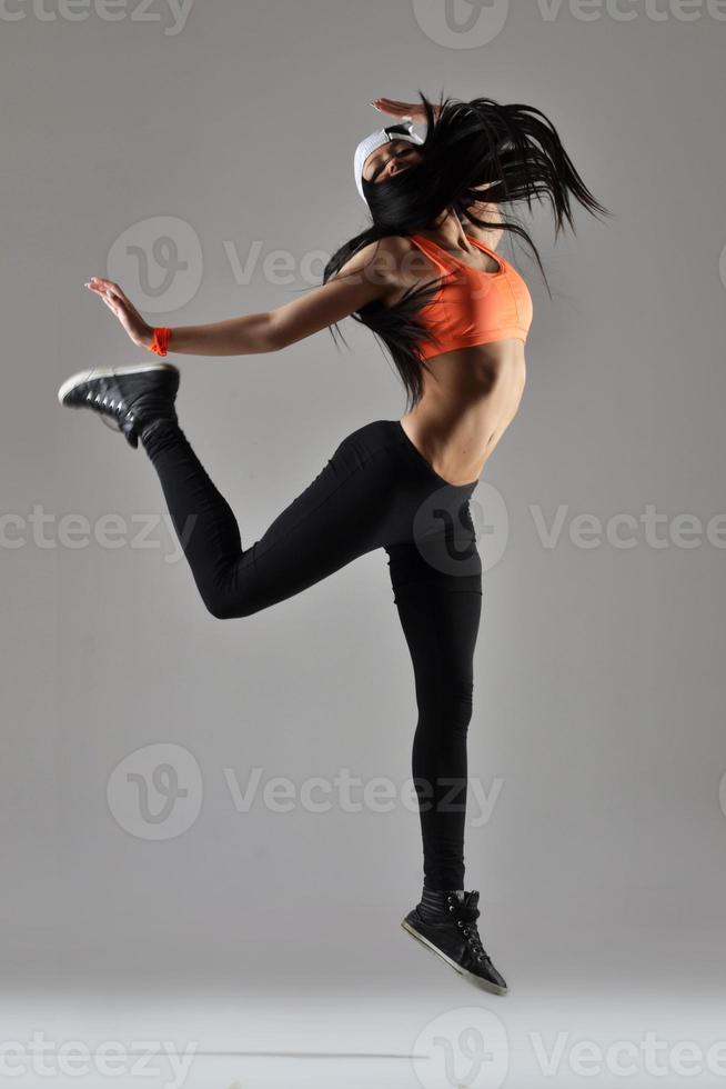 schöne junge Frau tanzen foto