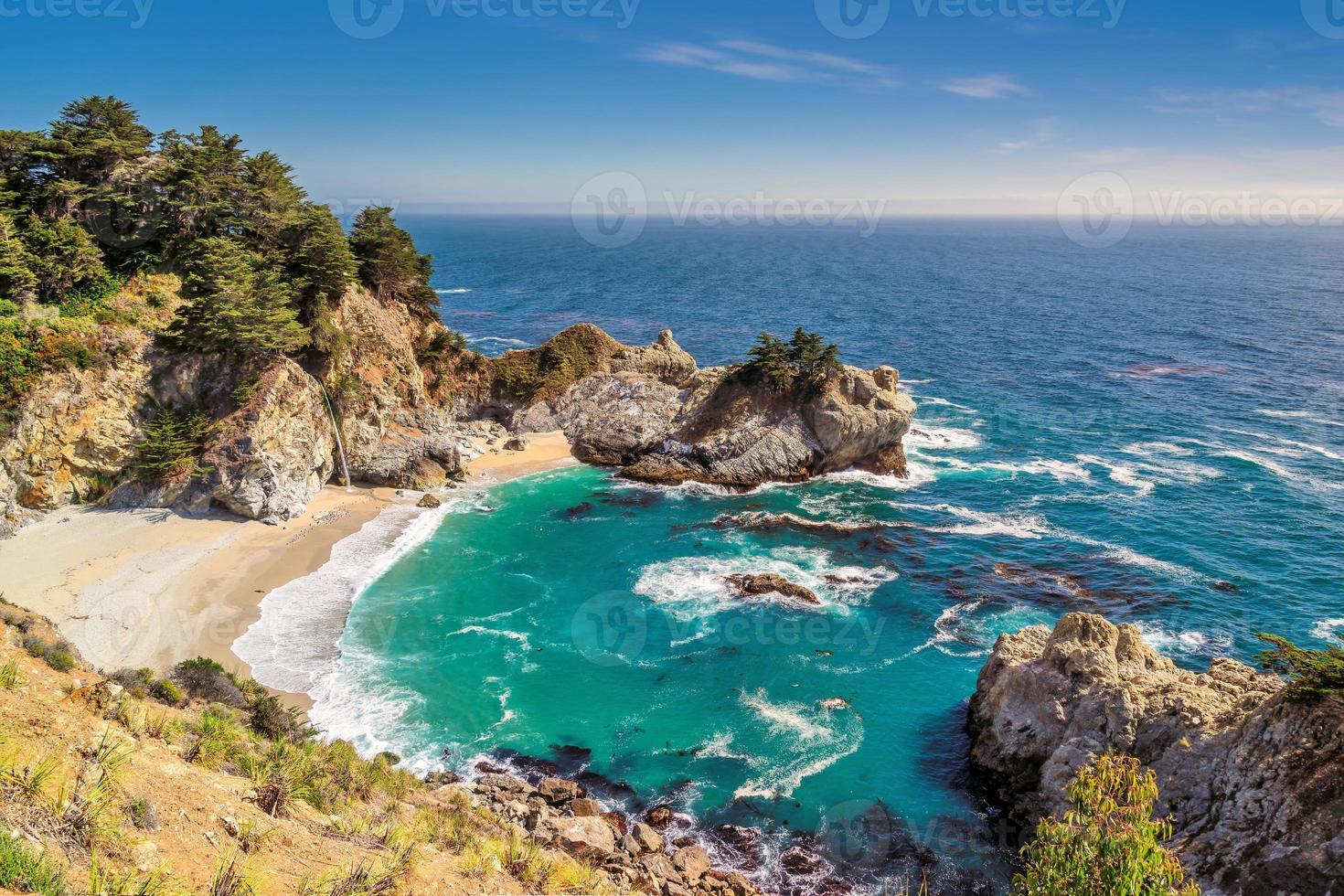 Strand und Wasserfälle, Julia Pfeiffer Strand, Mcway Falls, Kalifornien foto