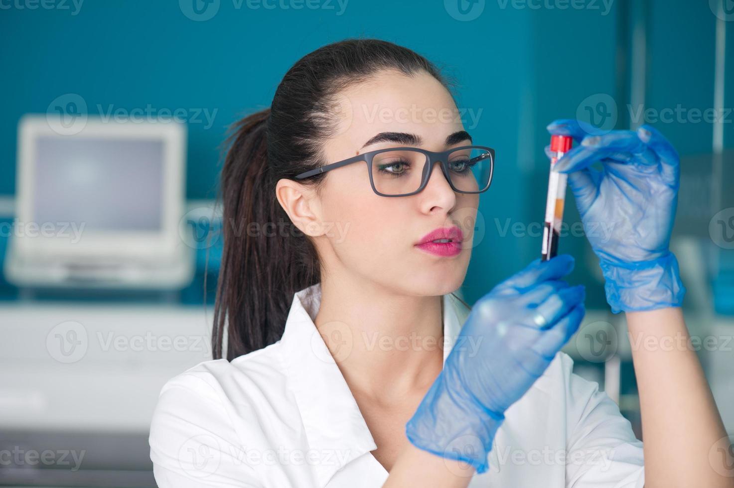 Arzt, der eine Blutuntersuchung diagnostiziert foto