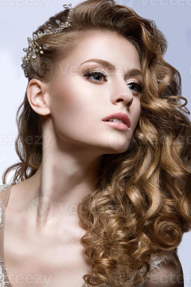 schönes Mädchen im Hochzeitsbild mit Haarspange im Haar foto