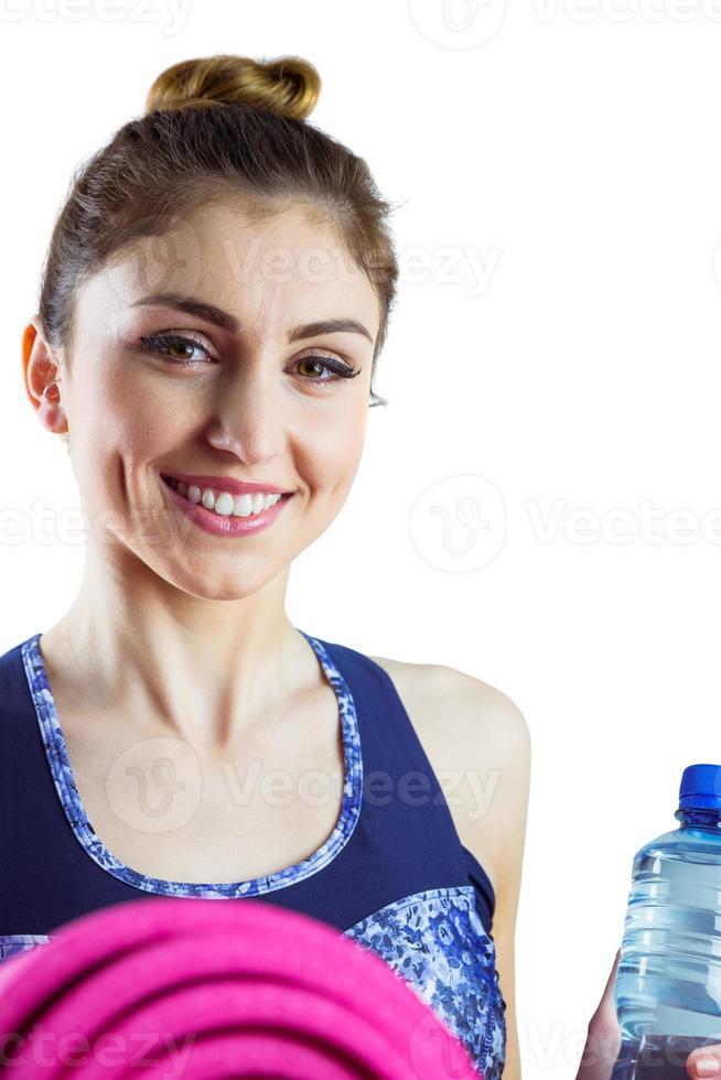 Fit Brünette hält Yogamatte foto