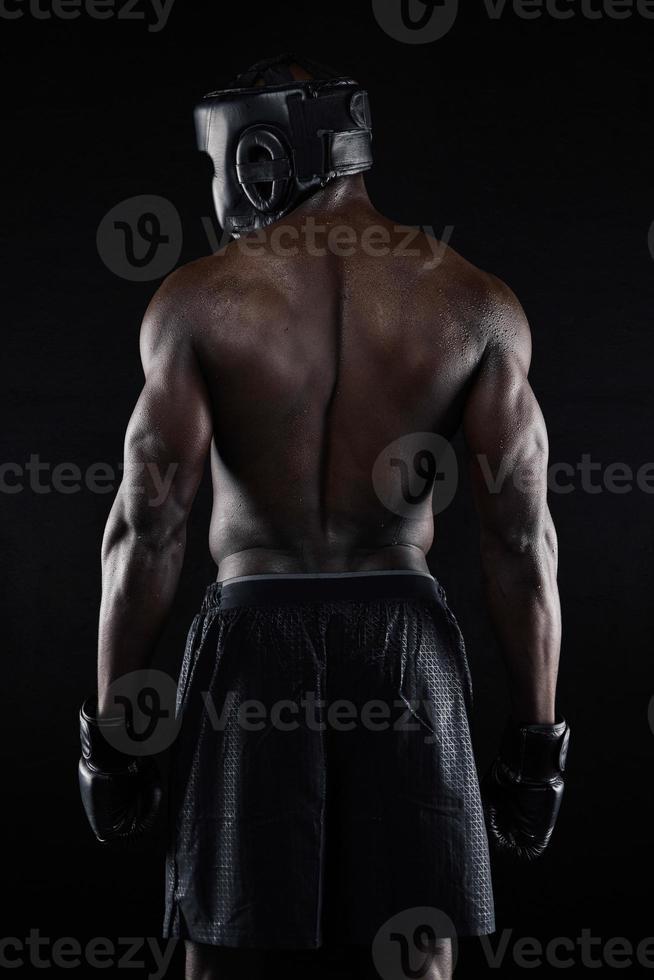 Rücken eines starken jungen männlichen Boxers foto