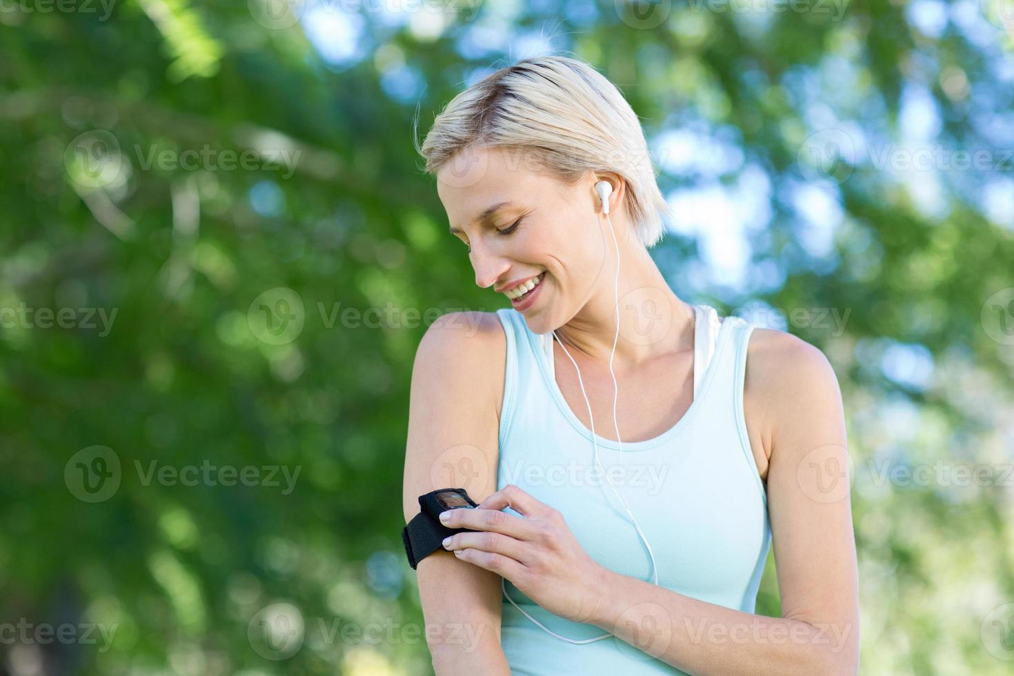 hübsche Blondine beim Joggen im Park foto