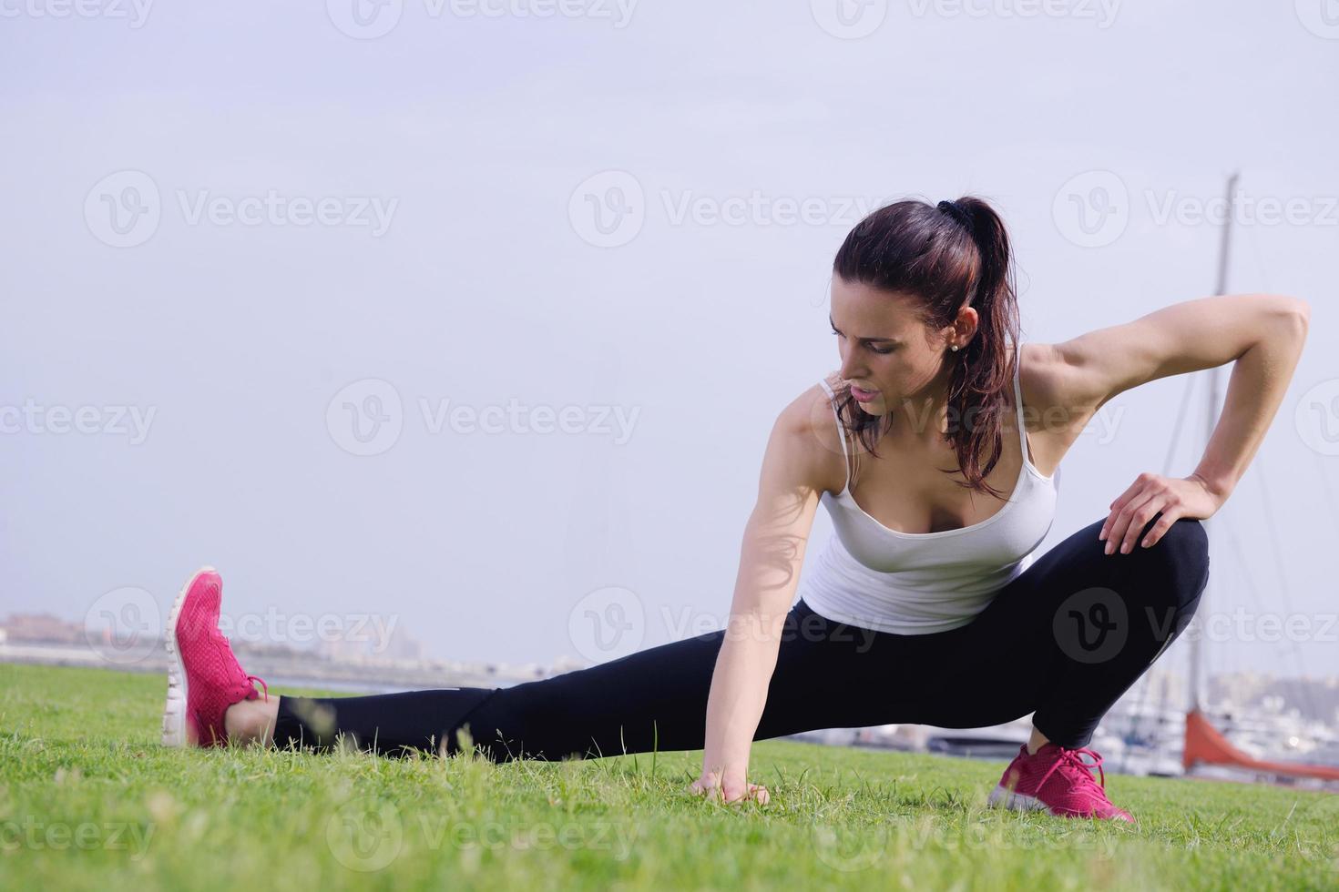 junge schöne Frau, die am Morgen joggt foto