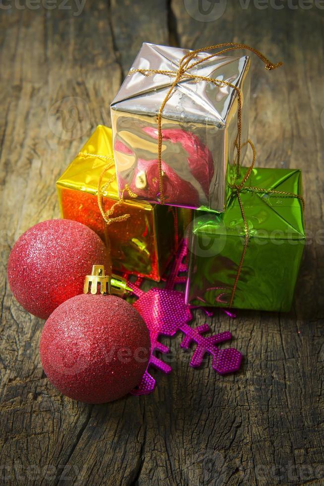 Stapel von Weihnachtsgeschenken auf dem hölzernen Hintergrund. (immer noch li foto