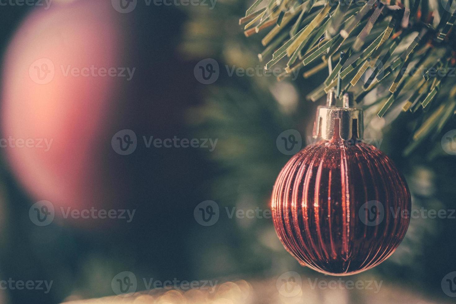 niedliche rote Weihnachtsverzierung auf einem Baum foto