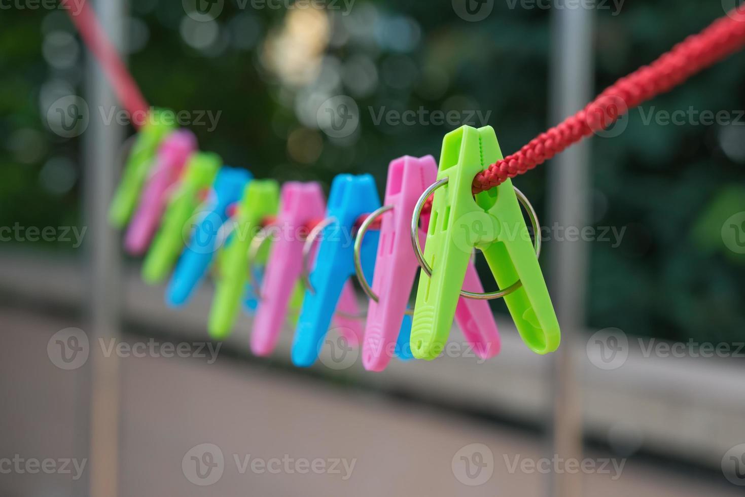 Wäscheklammern hängen am Seil foto