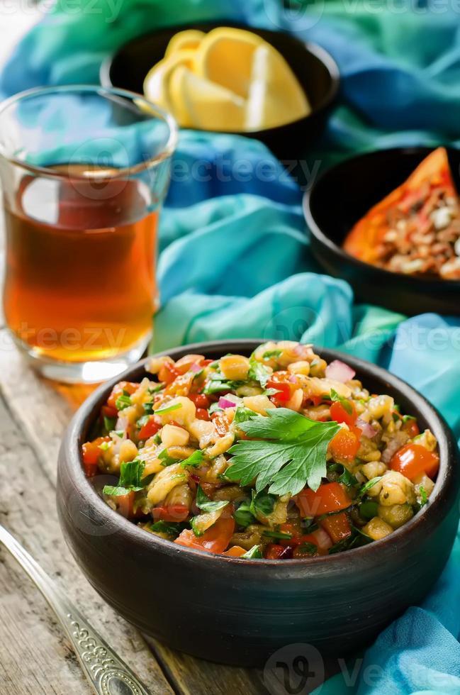Salat aus gerösteten Auberginen und Paprika foto