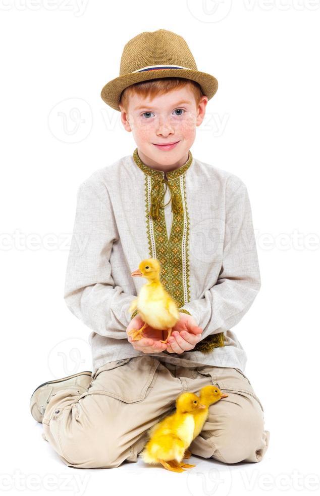 Junge mit süßen Entenküken foto
