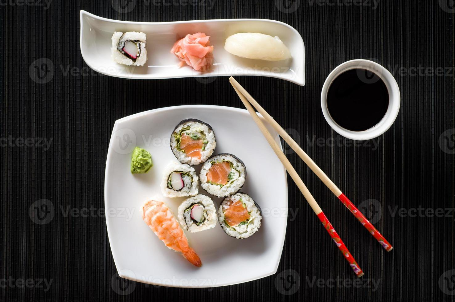 Sushi auf weißem Teller foto