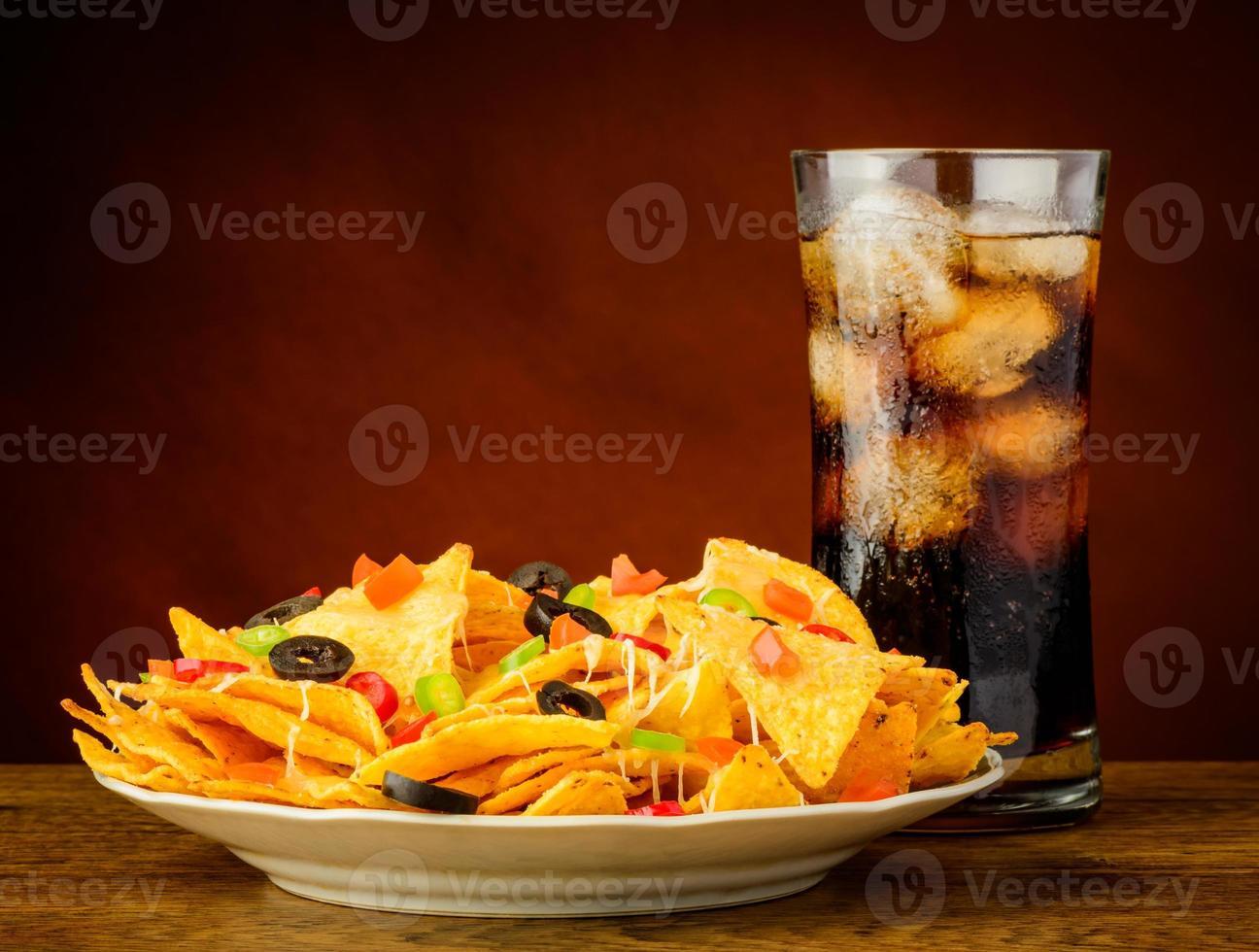 Nachos und Cola trinken foto