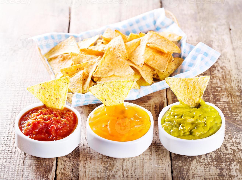 Nachos mit verschiedenen Saucen foto