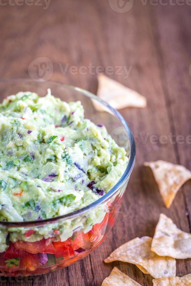 Schüssel Guacamole mit Salsa foto