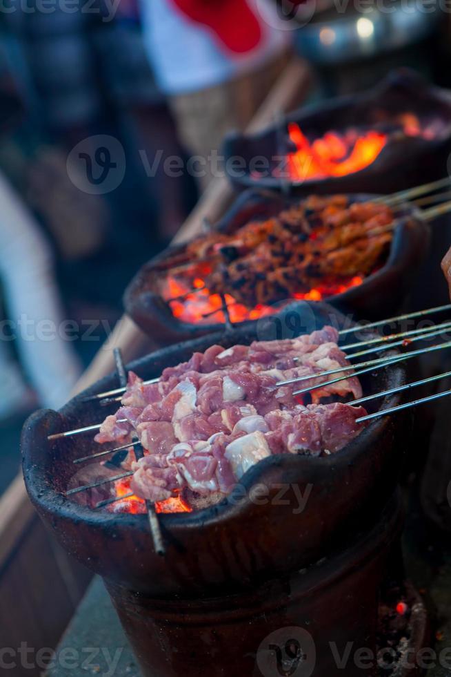 indonesisches Essen Satay rohes Klatakfleisch wird gegrillt foto