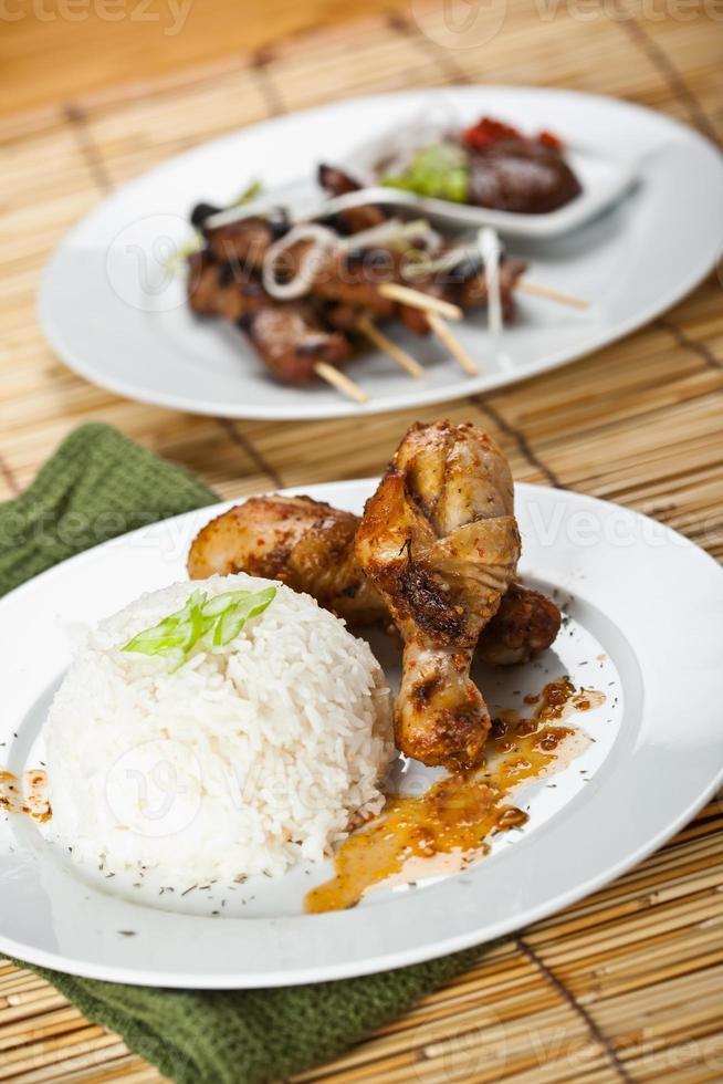 Hühnchen-Curry und Schweinefleisch-Satay foto