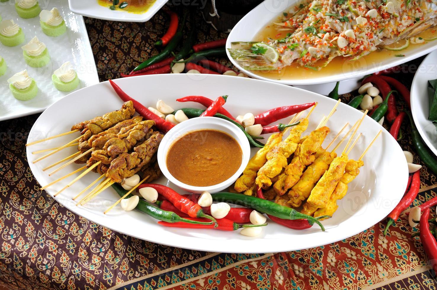 thailändische Küche, Hühnchen-Satay, Rindfleisch-Satay. foto
