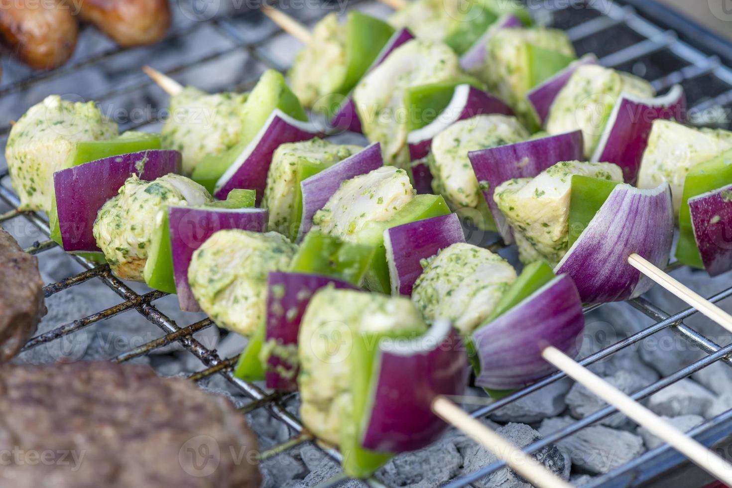 Limetten-, Minz- und Koriander-Hühnchen-Kebabs foto