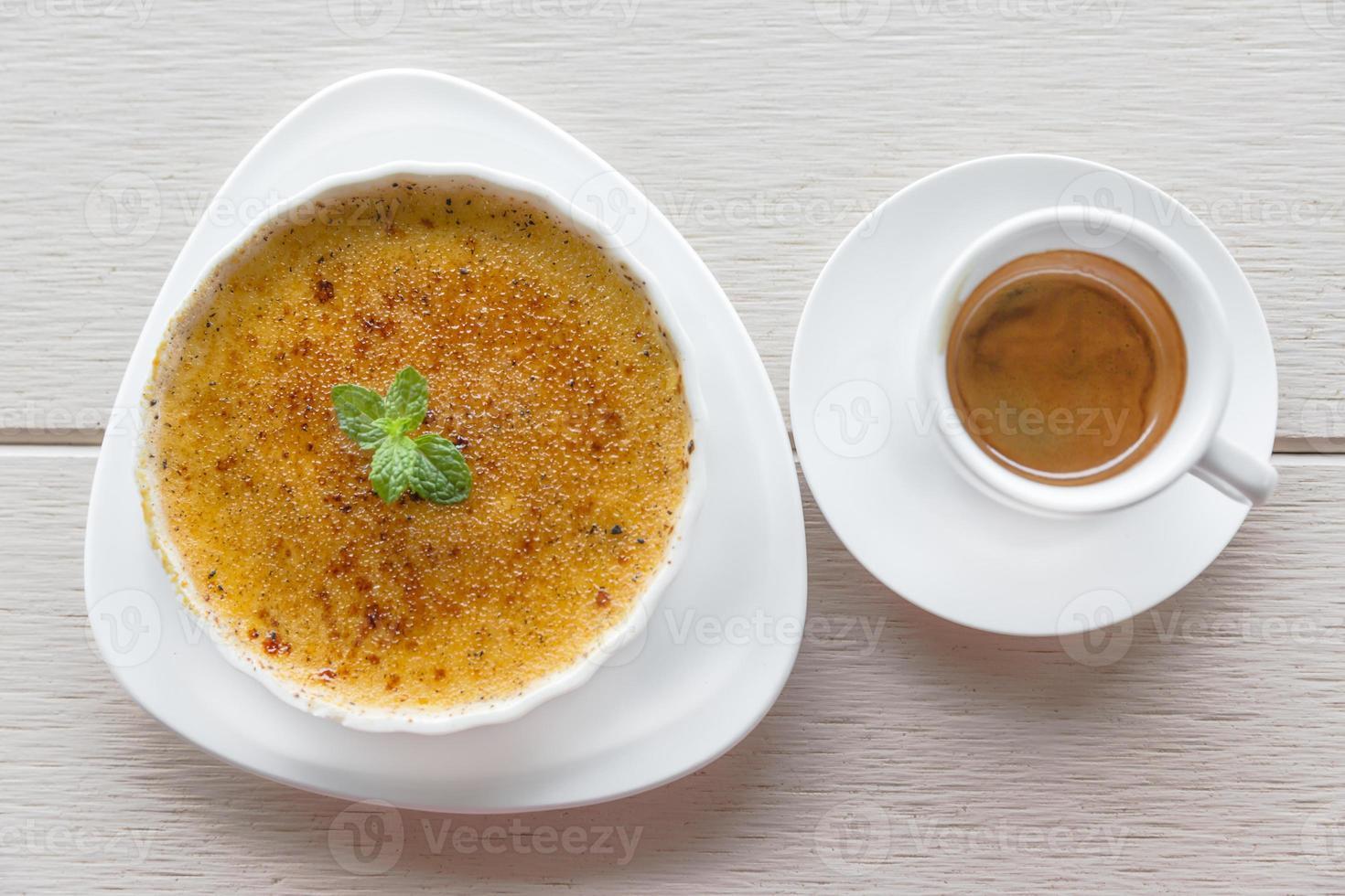 Espresso-Kaffeegetränk in einfacher weißer Tasse Crème Brûlée foto