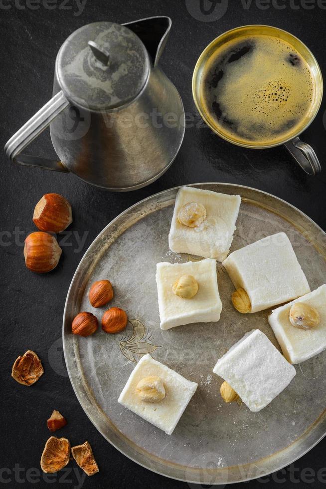 türkisches Entzücken. östliches Dessert mit Haselnuss und Kaffee foto