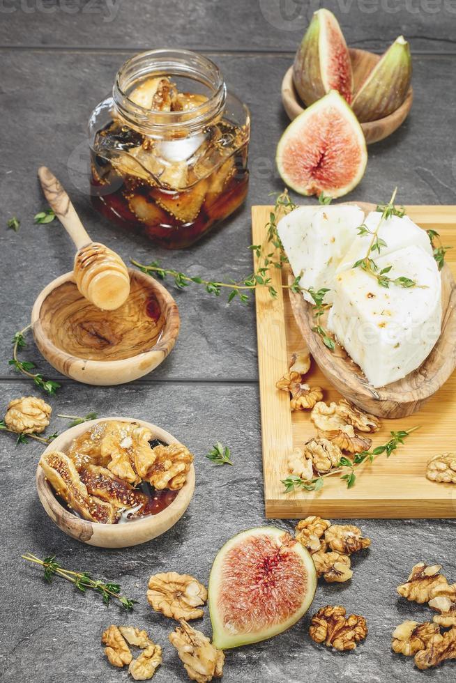 Feigen mit Honig und Frischkäse foto