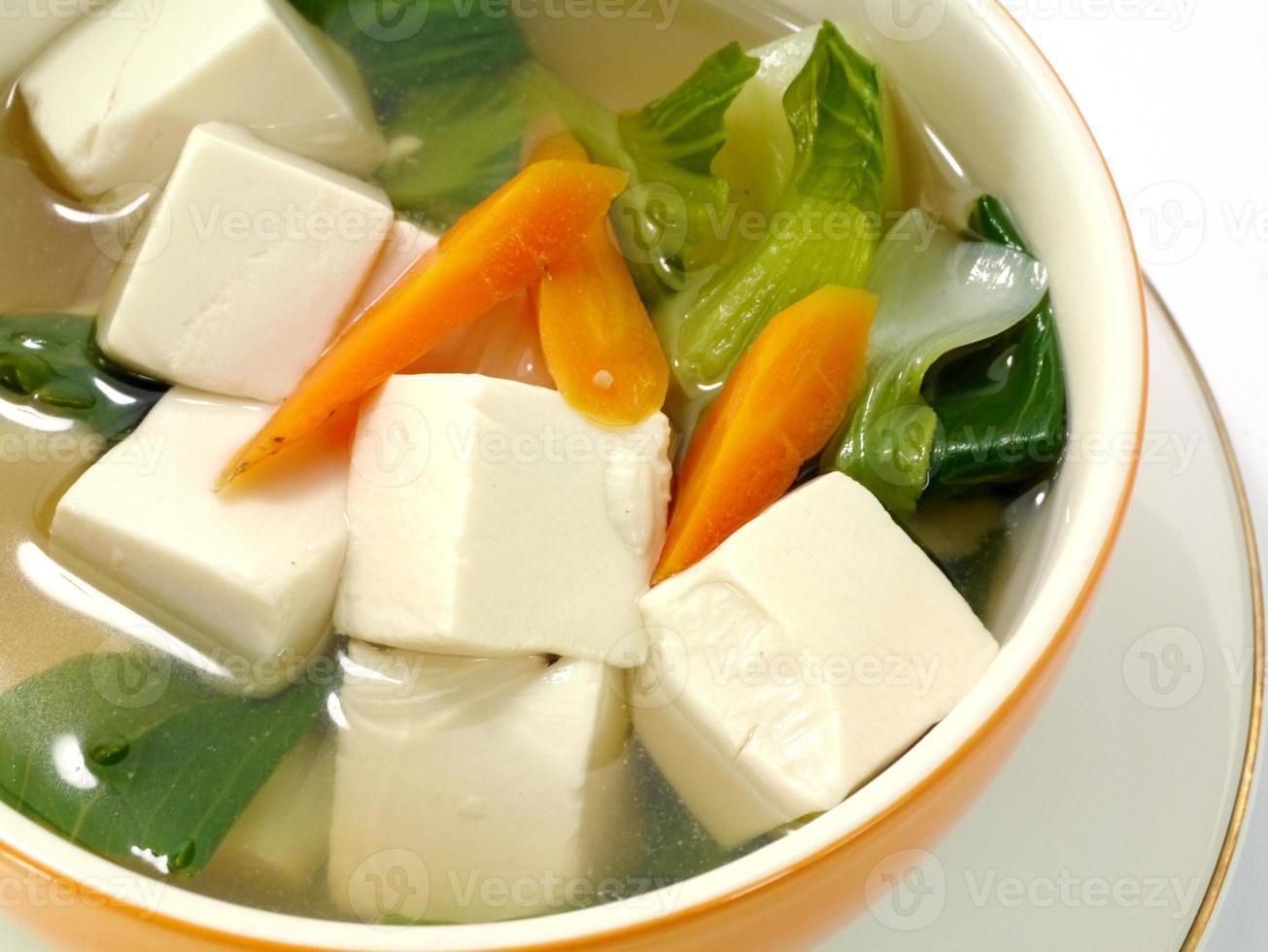 Tofu und Gemüsesuppe. foto
