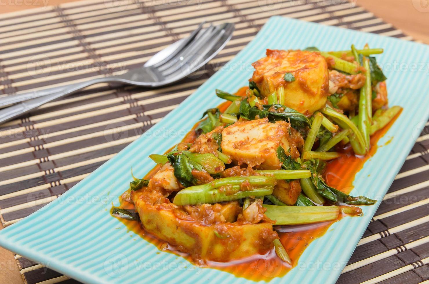 Gebratener Tofu mit chinesischem Grünkohl in roter Curry-Sauce foto