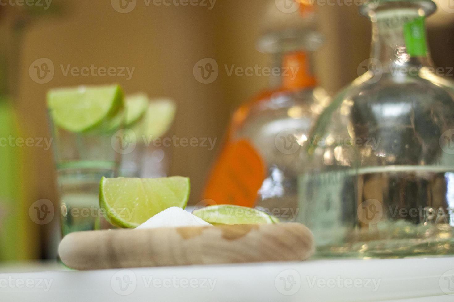 Schnapsgläser und Limetten foto