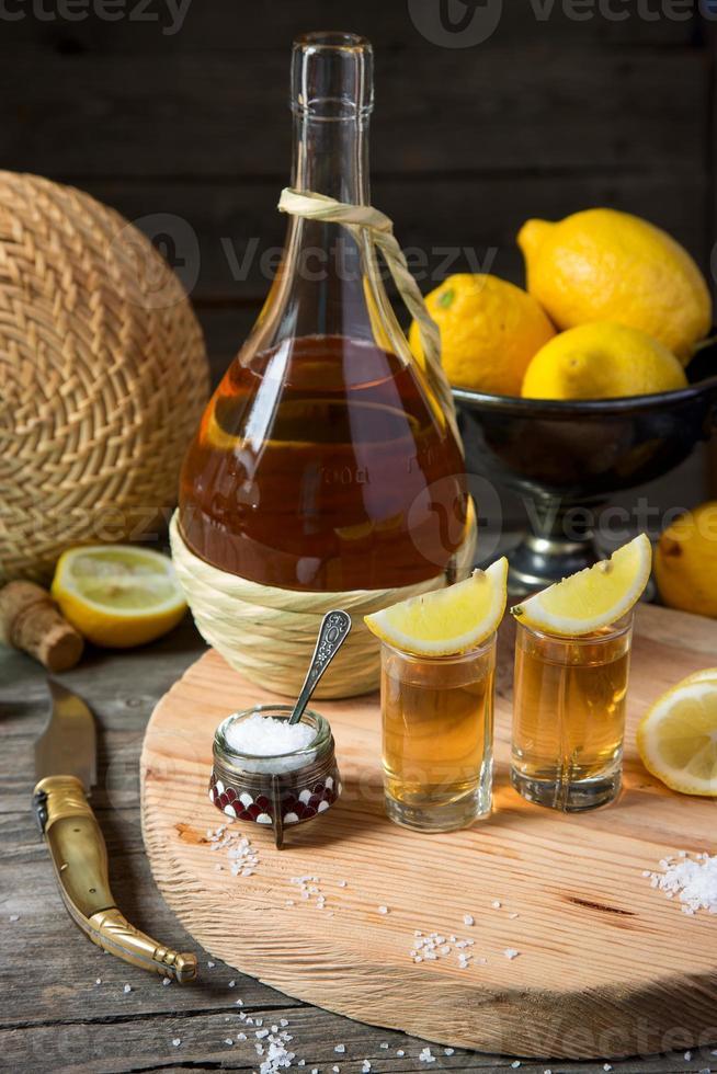 Tequila mit Zitrone und Salz foto