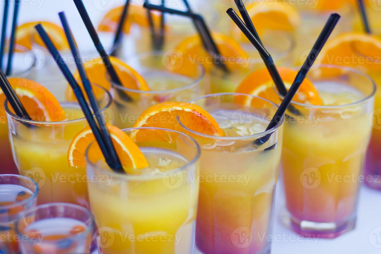 Reihe von verschiedenfarbigen Alkoholcocktails auf einer Open-Air-Party foto