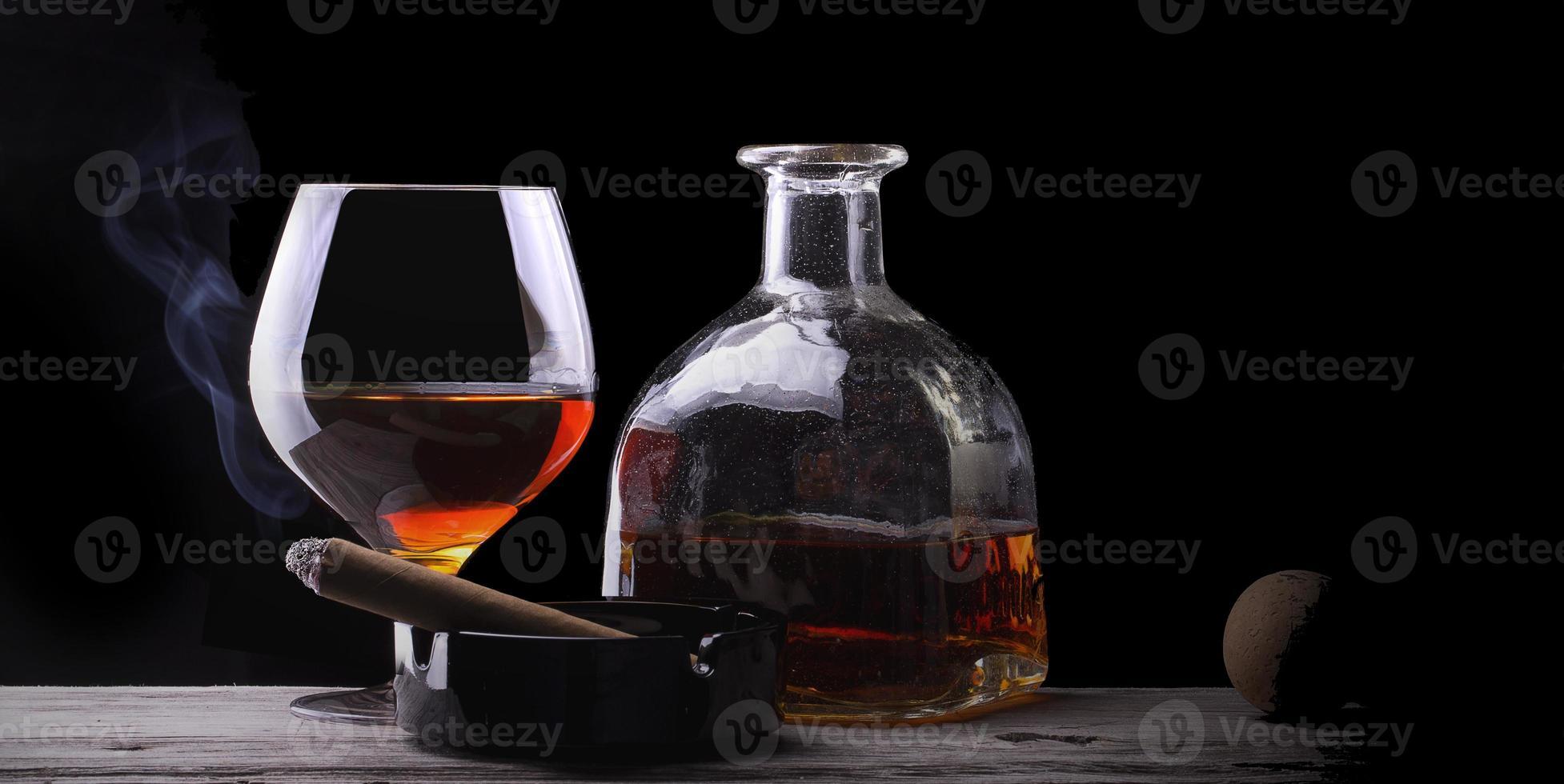 Cognacglas in Rauch gehüllt foto