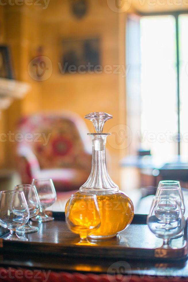 Dekanter mit Gläsern auf dem Tisch. foto
