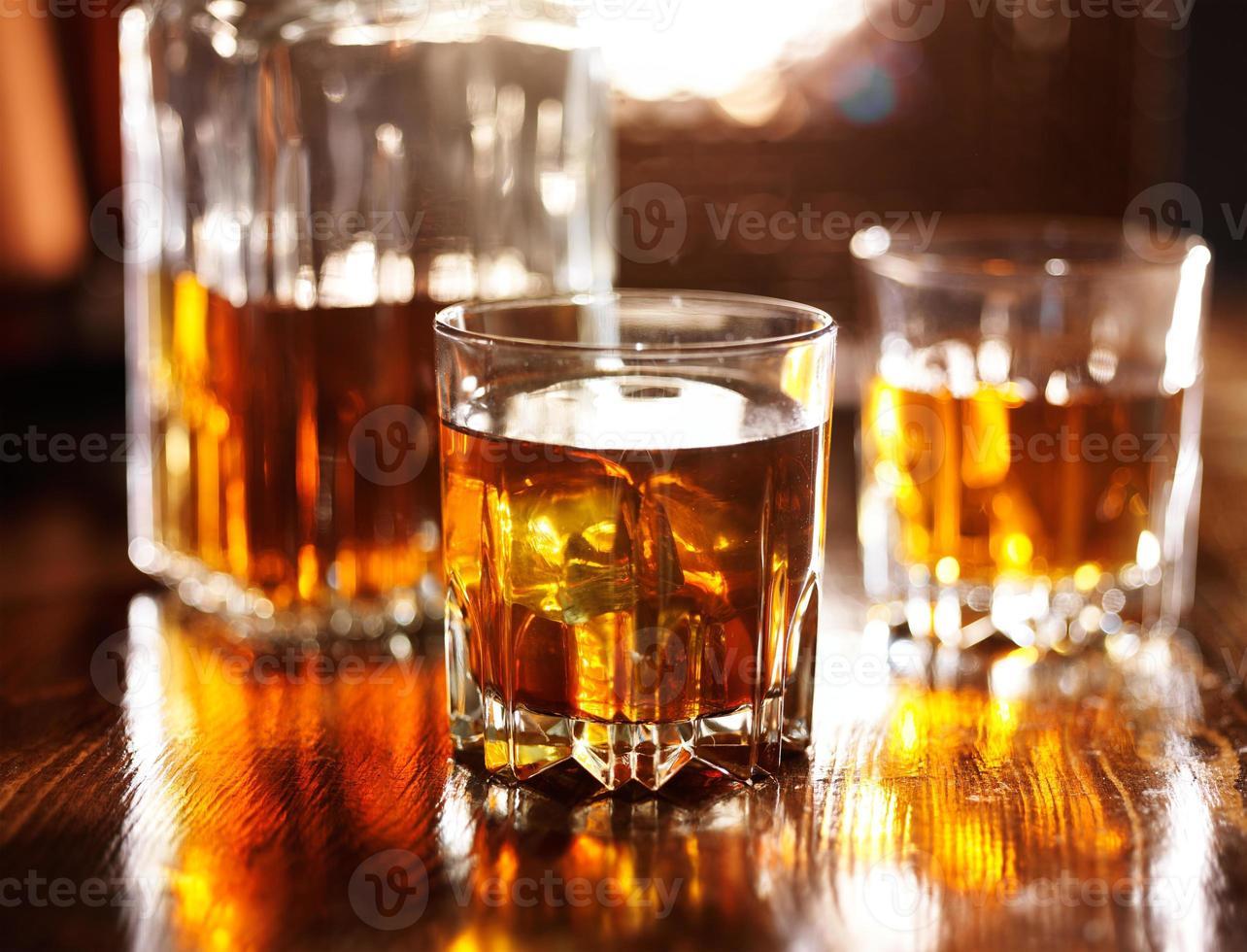 zwei Gläser Whisky mit Karaffe foto