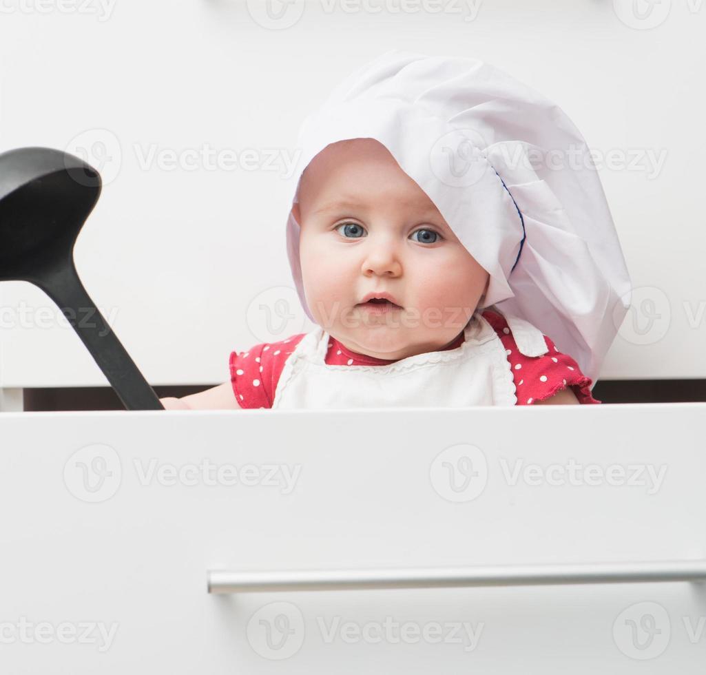 kleines Baby in einer Kochmütze foto