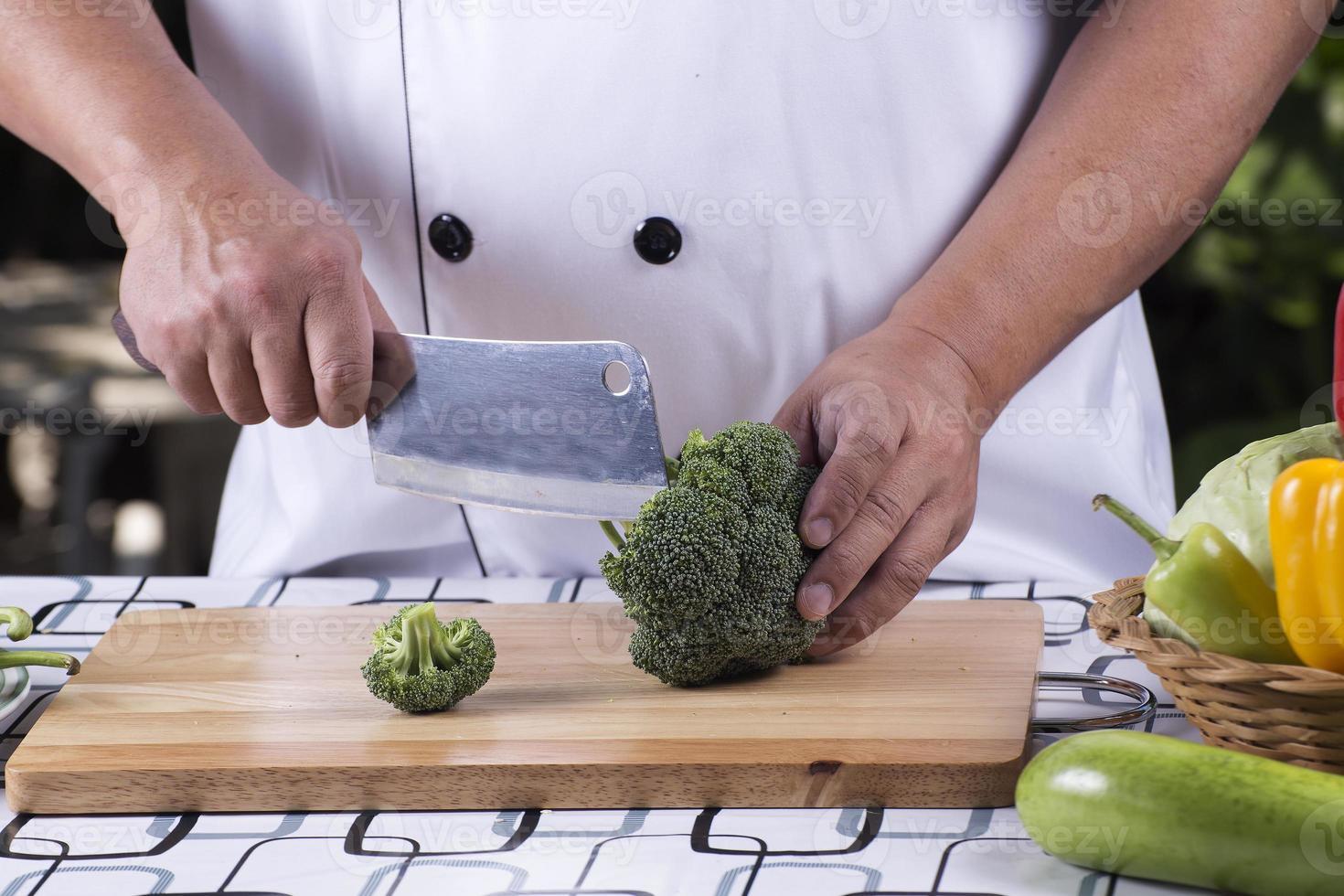 Koch schneidet Brokkoli foto