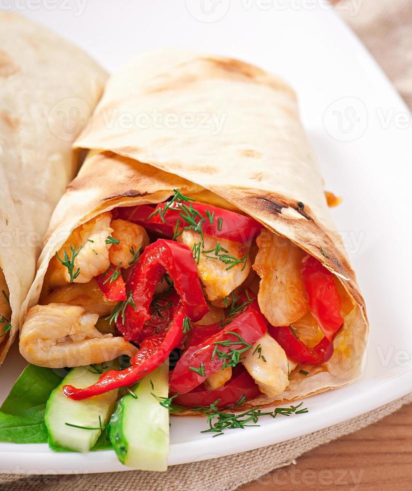 Pita gefüllt mit Hühnchen und Paprika foto