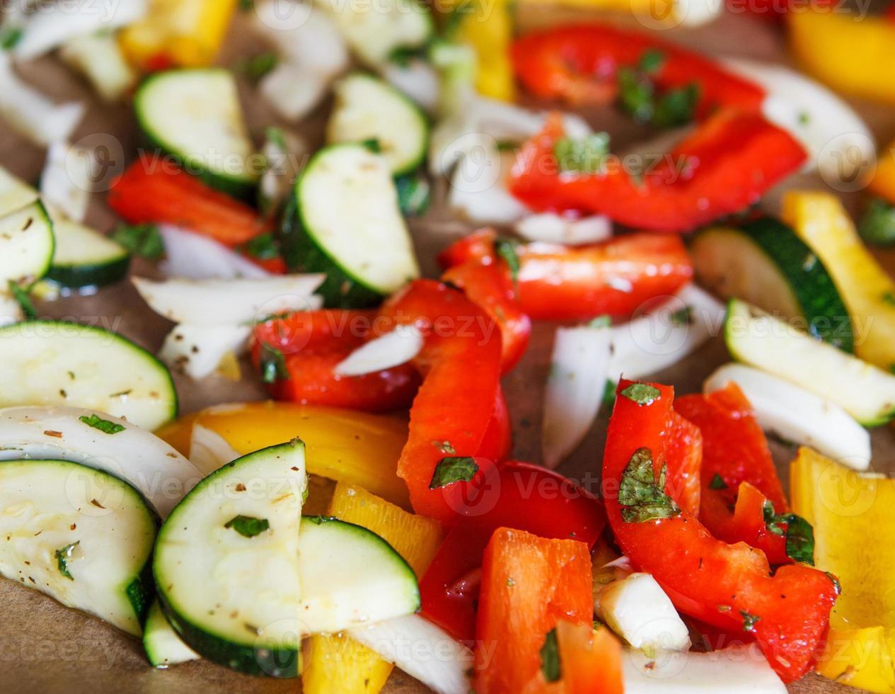 bunter Paprika-Zwiebel-Zucchini-Fenchel auf Backblech foto
