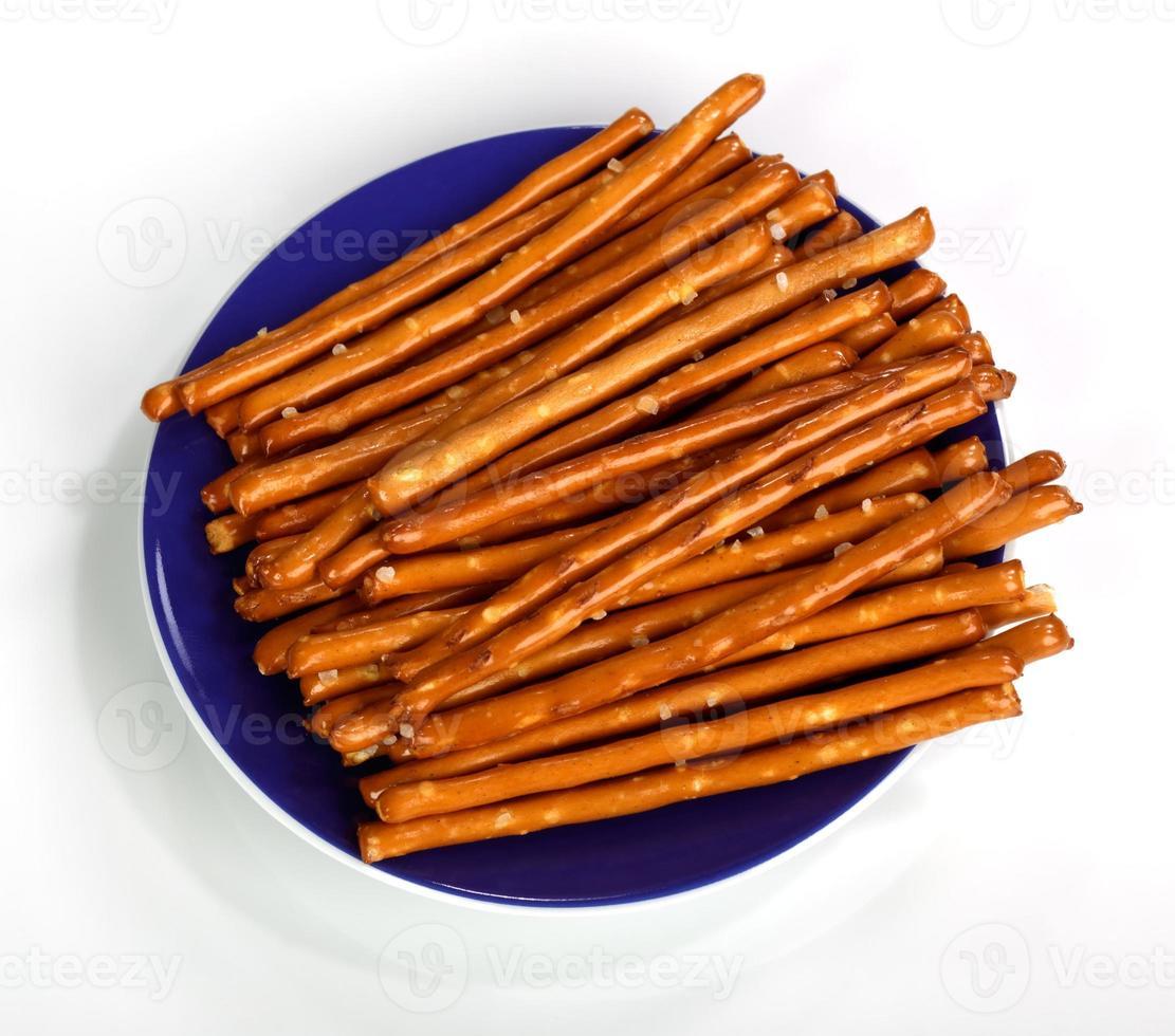 Salzbrot Finger Snacks auf einem blauen Teller foto