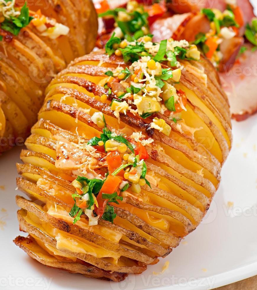 Ofenkartoffel mit Käse und Butter foto