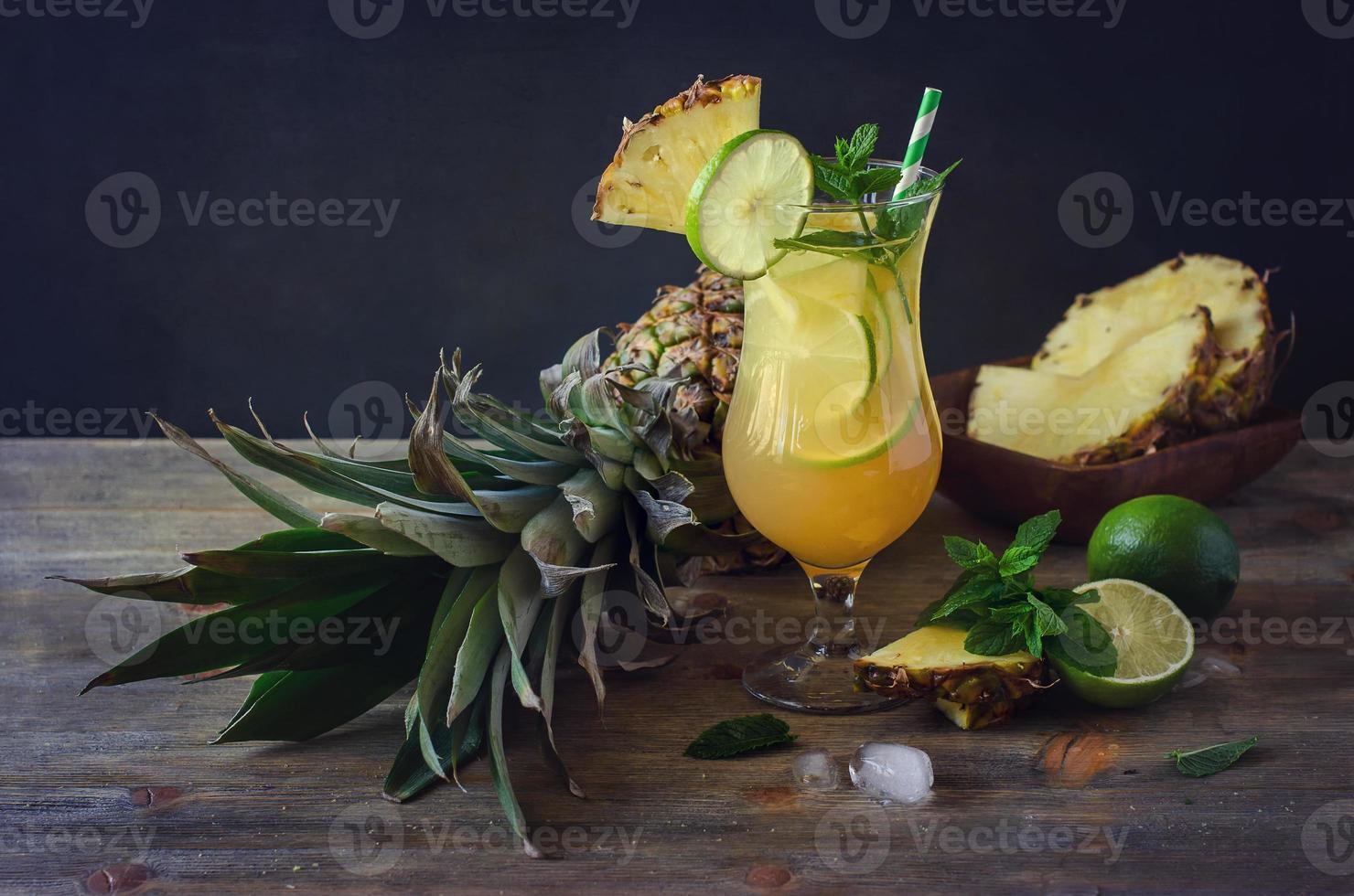 kaltes erfrischendes Pinienapfelcocktailgetränk mit Limette und Minze foto
