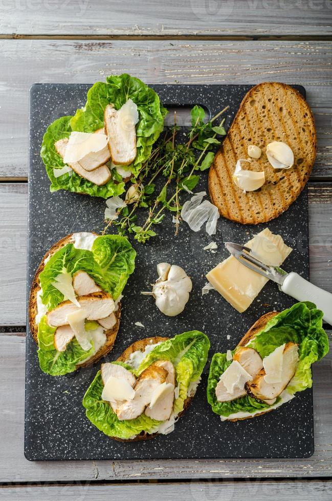 Caesar Salat auf Panini Toast foto