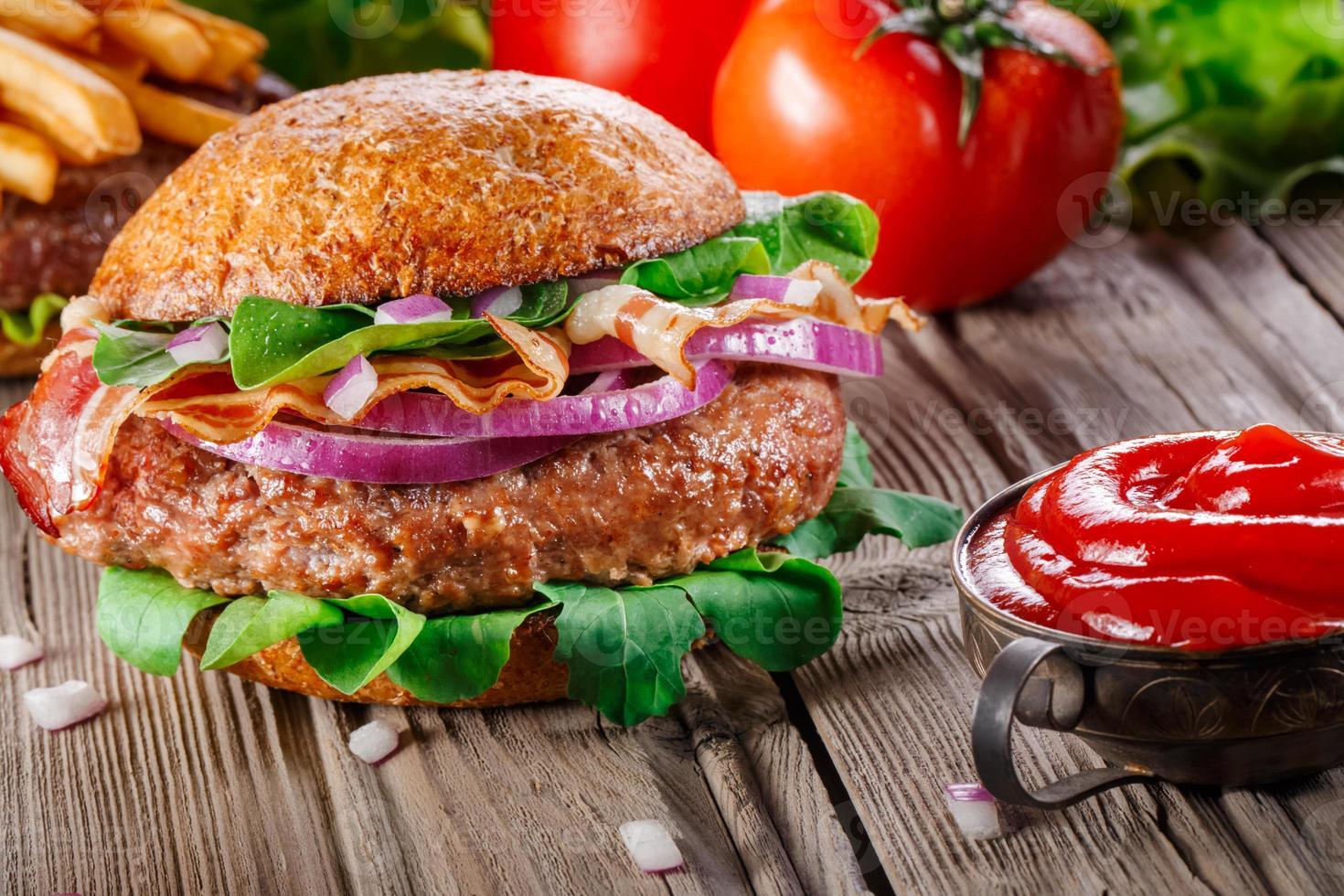Burger mit Speck hautnah. foto