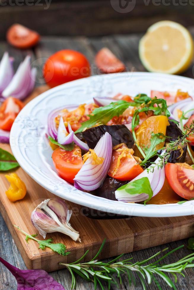Salat mit Auberginen, Paprika, Tomaten, roten Zwiebeln und Salat foto