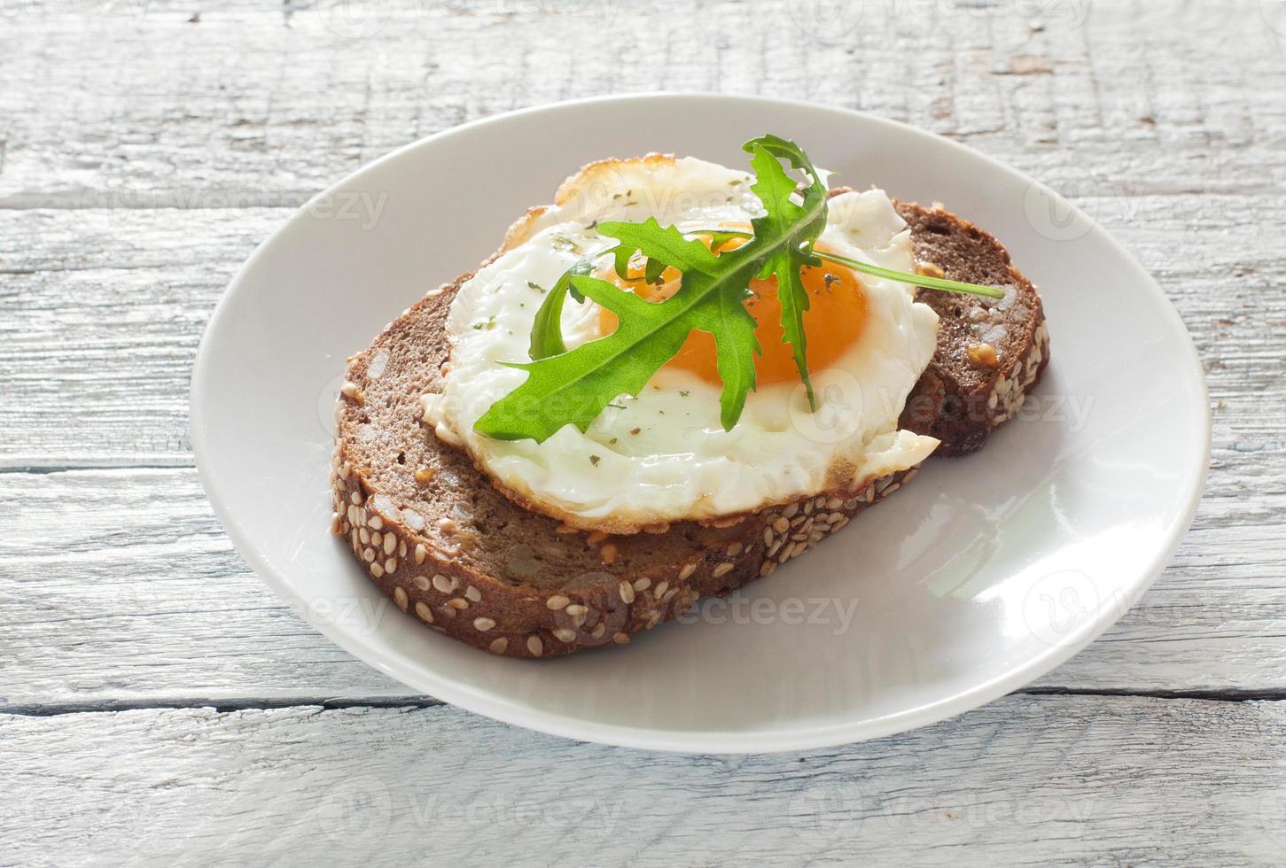 Sandwich mit Spiegelei und Rucola foto